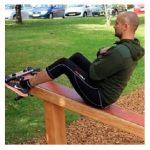 Ryg og mave træner til udendørs fitness, som træner mange forskellige ting.